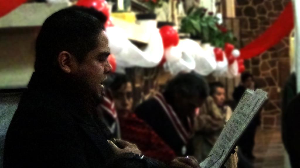 Tenor Erik de León Garza cantando en misa de adoración nocturna