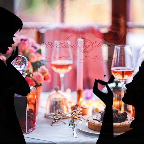 Entrega de anillo de compromiso en cena romántica