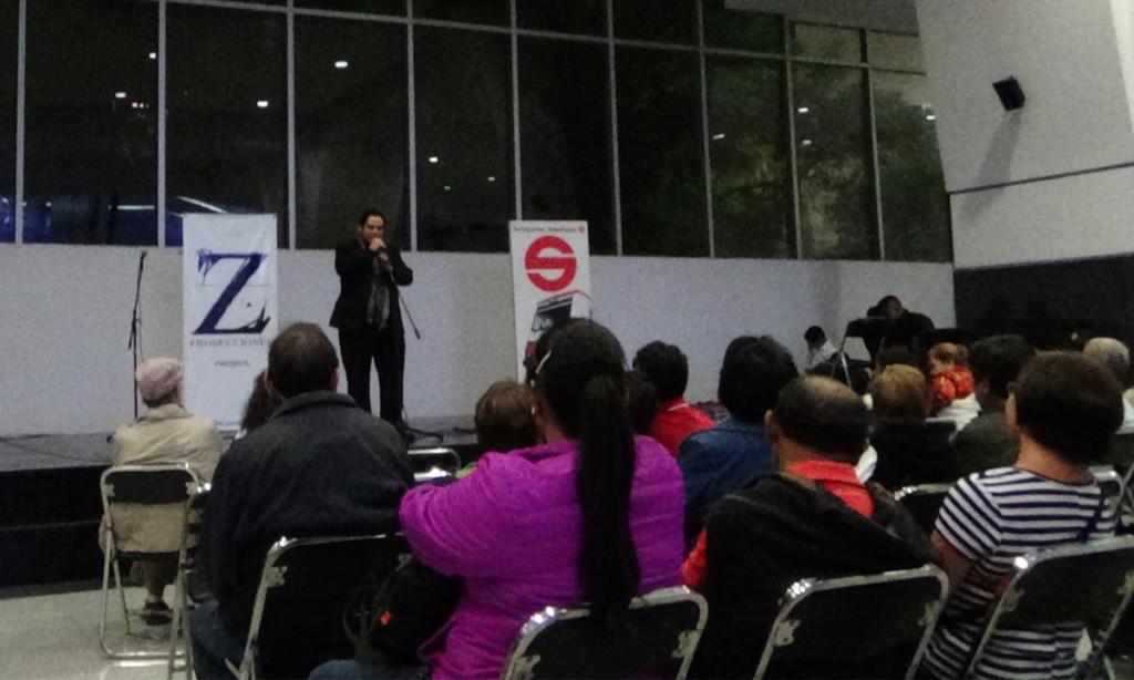 Tenor Erik de Léon Garza cantando en Tarde de ópera en estación de tren suburbano Buenavista