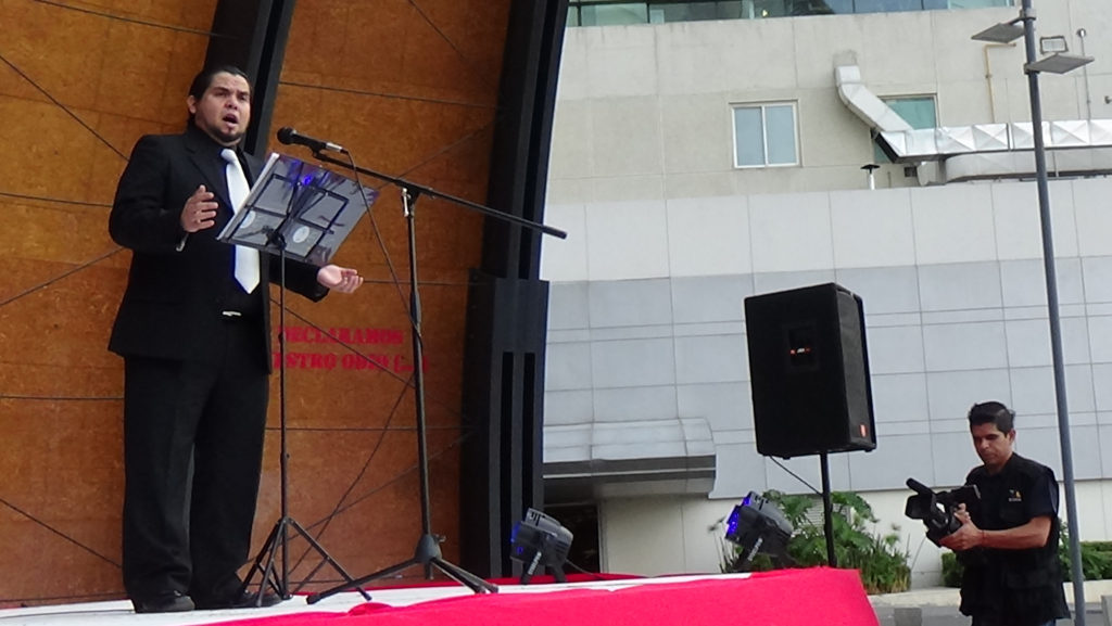 Tenor Erik de León Garza en concierto de ópera en Santa Fe, CDMX.