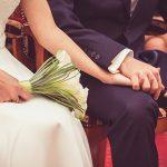 Manos de novios en la boda