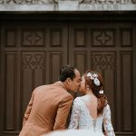 Novios besándose antes de la boda